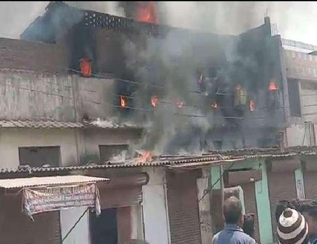 कानपुर - सीमा टेनरी में लगी भीषण आग, लाखों का नुकसान