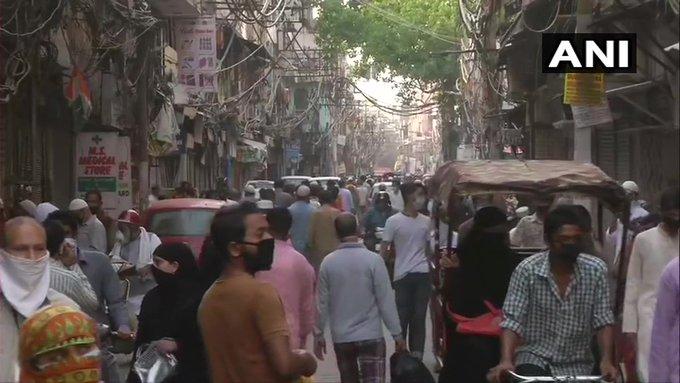 दिल्ली में कई जगह उड़ी सोशल डिस्टेंसिंग की धज्जियां, खरीदारी करते दिखे लोग