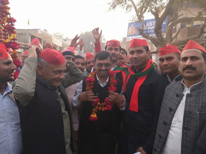 बीजेपी सरकार में विधानसभा अध्यक्ष हृदय नारायण दिक्षित के सबसे छोटे पुत्र सुशील दीक्षित समाजवादी पार्टी की सामाजिक न्याय यात्रा में शामिल। उदय राज यादव एवं एमएलसी सुनील सिंह यादव ने माल्यार्पण
