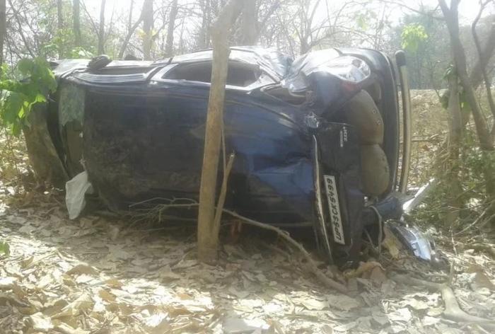 अयोध्या : डिवाइडर से टकराकर बिजली के खंभे से भिड़ी तेज रफ्तार एसयूवी, दो की मौत
