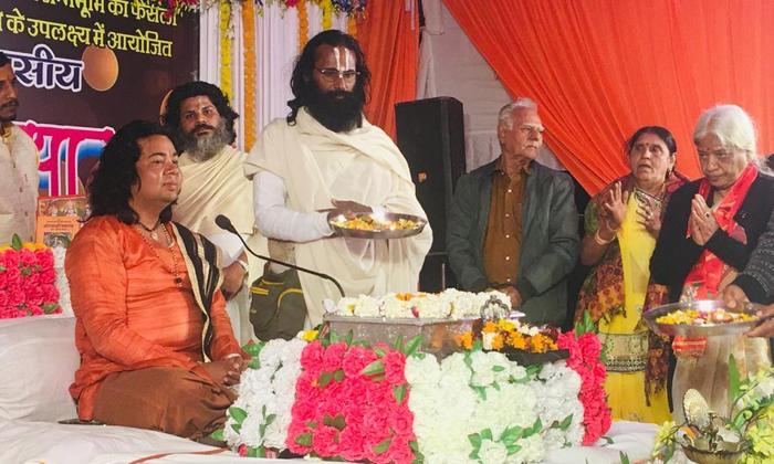 अयोध्या। श्रीराम जन्मभूमि कार्यशाला रामघाट में चल रही है श्रीरामकथा। स्वामी चंद्रांशु जी महाराज के मुखारबिंदो से हो रही है कथा। यहां पर कथा श्रवण हेतु कई देश, राज्य से रामभक्त है शामिल।
