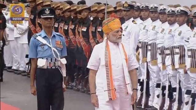 दिल्ली: प्रधानमंत्री नरेंद्र मोदी ने लाल किले में गार्ड ऑफ ऑनर का निरीक्षण किया वह शीघ्र ही राष्ट्र को संबोधित करेंगे।