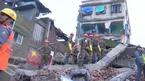भिवंडी में एक चार मंजिला इमारत गिर गई है. बचाव कार्य शुरू .दो लोगों की मौत हो गई है, अब तक 4 लोगों को सुरक्षित बाहर निकाल लिया गया है. घायलों को पास के IGM अस्पताल में भर्ती कराया गया है.