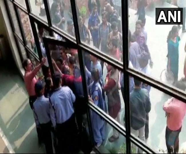 JNU में छात्रों का जोरदार हंगामा, बीमार पड़े प्रोफेसर और कुलपति की एंबुलेंस को रोका