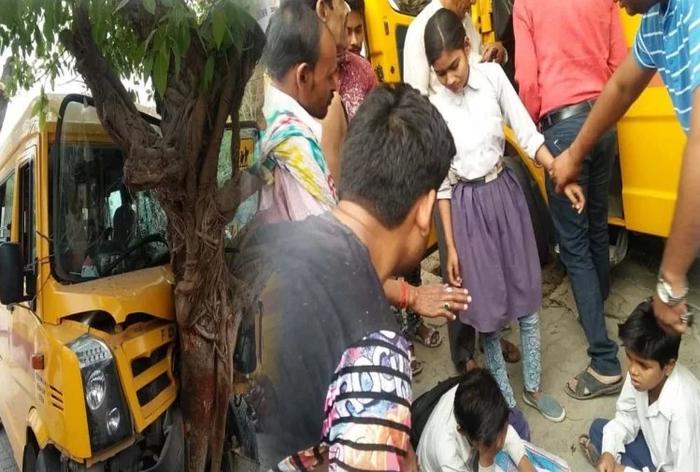 हाईवे पर सड़क हादसा, पेड़ से टकराई स्कूली वैन, सात बच्चे घायल