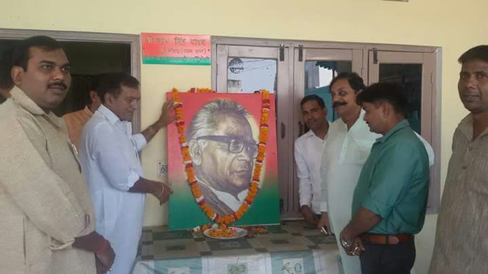 समाजवादी पार्टी पूर्व सांसद श्री वीरपाल सिंह यादव जी ने राममनोहर लोहिया जी पुष्प मालार्पण किया इस मौके पर समाजवादी पार्टी के पूर्व विधायक महिपाल सिंह यादव अशोक यादव संजीव, आजाद नेता गण मौजूद रहे
