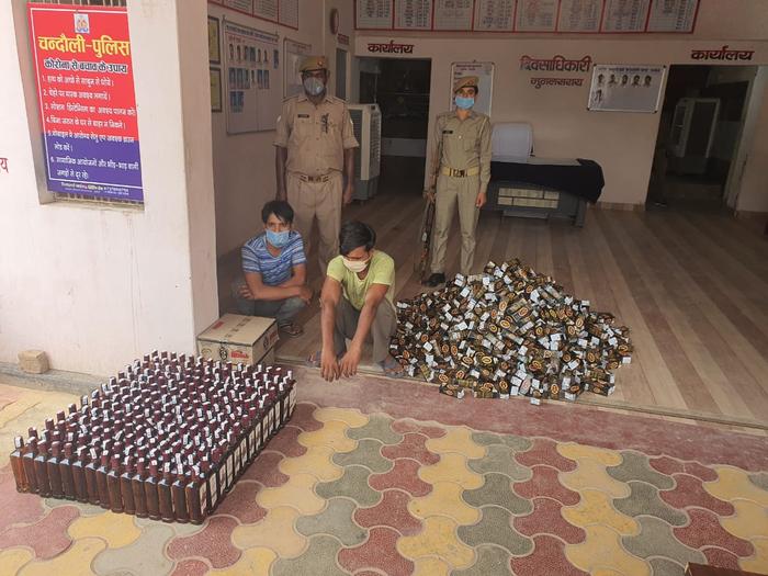 चंदौली- मुगलसराय कोतवाली पुलिस ने शातिर शराब तस्करी गिरोह का किया पर्दाफास।32 पेटी विदेशी शराब बरामद। बोलेरो की छत के भीतर छुपा के ले जाई जा रही थी शराब। दो तस्कर गिरफ्तार।