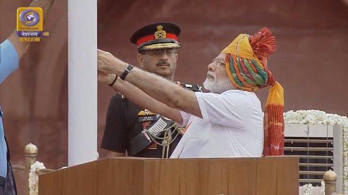 दिल्ली: प्रधानमंत्री नरेंद्र मोदी ने लाल किले पर तिरंगा फहराया