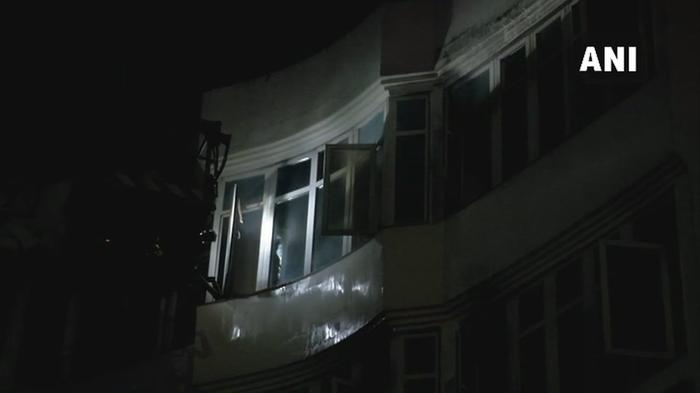 दिल्ली: करोल बाग में होटल अर्पित पैलेस में आग लग गई। दमकल की गाड़ियां मौके पर। होटल में लगी भीषण आग, लोग खिड़की से कूदे, एक की मौत
