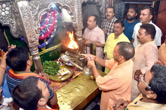सीएम योगी ने काल भैरव मंदिर और बाबा काशी विश्वनाथ मंदिर में दर्शन-पूजन किया.