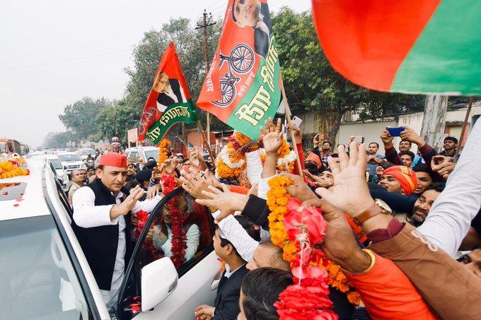 सपा के राष्ट्रीय अध्यक्ष अखिलेश यादव का बुधवार  को सीतापुर के रस्ते में  स्वागत के लिए कार्यकर्ताओं में होड़ मच गई।