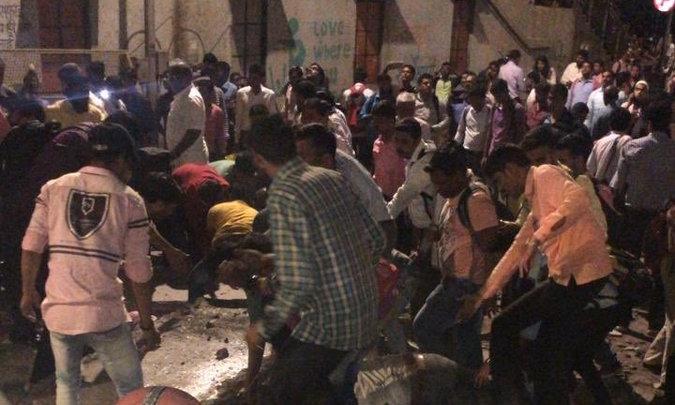 मुंबई: CSMT रेलवे स्टेशन के पास फुट ओवर ब्रिज ढह गया। कई लोगों के घायल होने की सूचना, प्लेटफ़ॉर्म 1उत्तर छोर को जोड़ने वाला ओवर ब्रिज ढहा है।घायल व्यक्तियों को अस्पतालों में स्थानांतरित किया जा रहा