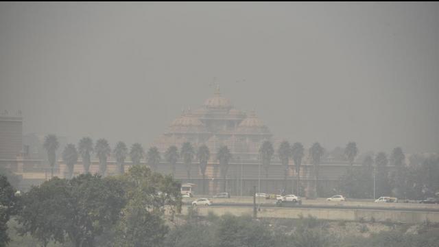 दिल्ली में छाई धुंध: पटाखों पर बैन के बावजूद हुई आतिशबाजी