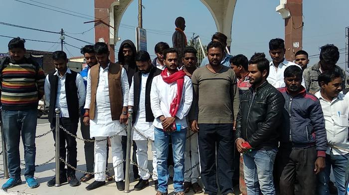 सपा कार्यकर्ताओं ने पुलवामा में शहीद जवानों लिए दो मिनट का मौन रखकर श्रद्धांजलि दी।