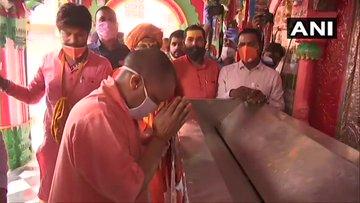 अयोध्या. मुख्यमंत्री योगी आदित्यनाथ ने आज सुबह हनुमानगढ़ी पहुंचकर भगवान बजरंग बली की पूजा अर्चना की।