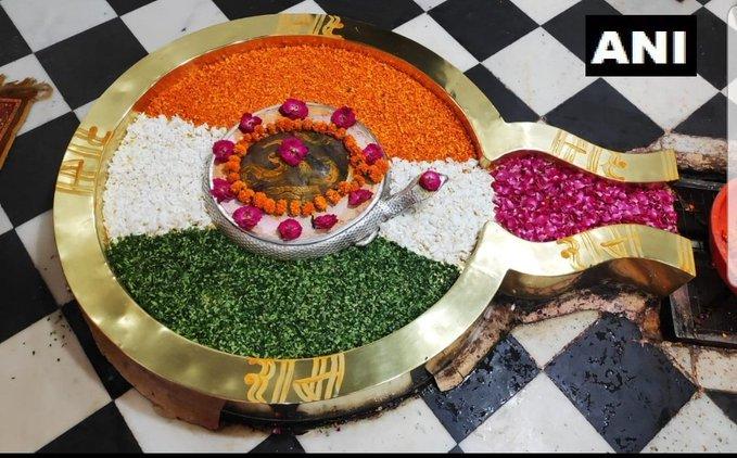 उत्तराखंड: ऋषिकेश के चंद्रेश्वर महादेव मंदिर में शिवलिंग को तिरंगे के रंग में सजाया गया है.. #IndependenceDayIndia