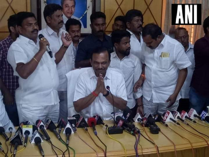 तेलुगु देशम पार्टी (टीडीपी) एमएलसी मगुन श्रीनिवासुलु रेड्डी ने आंध्र प्रदेश विधान परिषद से और टीडीपी से इस्तीफा दे दिया।