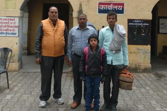 एक बार फिर दिखीं खाकी की मानवीय संवेदनाएं, मूक-बधिर बालक को अवागढ़ पुलिस ने सकुशल बरामद कर फिर से परिजनों से मिलाया