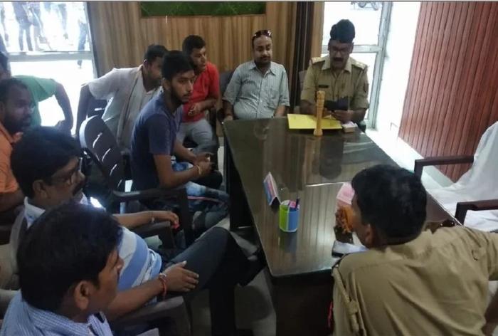 मुजफ्फरनगर: तमंचे के बल पर छात्र नेता से व्हाट्सएप ग्रुप पर पोस्ट को लेकर जबरन मंगवाई माफी