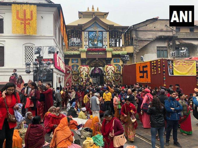 नेपाल: महाशिवरात्रि के अवसर पर बड़ी संख्या में भक्त भगवान शिव की पूजा करने के लिए काठमांडू के पशुपतिनाथ मंदिर में ।