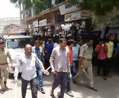 भावनगर में छात्रा के साथ बलात्कार करने के आरोपी को पुलिस ने भीड़ के सामने दी सजा