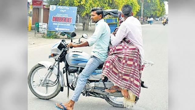 अमरोहा :अस्पताल ने नहीं दी एंबुलेंस, बाइक पर शव रखकर भटकते रहे परिजन