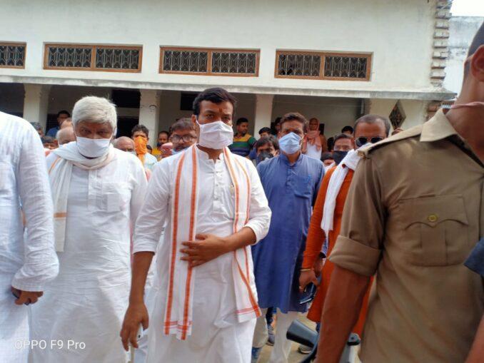 पुलिस उत्पीड़न के शिकार फौजी ब्राह्मण, परिवार से मिलने प्रदेश सरकार के मंत्री और जिले के प्रभारी मंत्री आनन्द स्वरुप शुक्ल पहुंचे