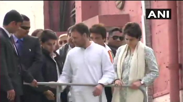 लखनऊ- एयरपोर्ट से राहुल प्रियंका का रोड शो शुरू । साथ मे ज्योतिरादित्य सिंधिया ,राजबब्बर ,आर पी एन सिंह समेत सभी नेता बस की छत पर सवार ।स्वागत के लिये कांग्रेसियों की भीड़ उमड़ी ।