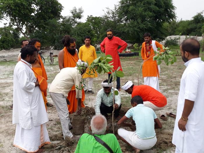 गुरु पूर्णिमा के अवसर पर अयोध्या में शुरू हुई नई पहल, किया गया वृक्षारोपण