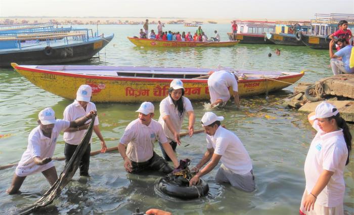 नमामि गंगे के सदस्यों ने सफाई संग जागरूकता कर स्वच्छता का संदेश दिया