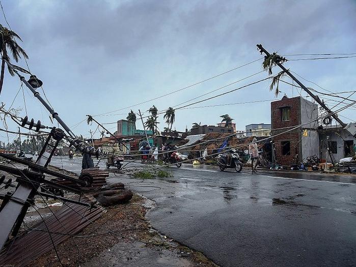 ओडिशा में 8 की मौत, जनजीवन अस्त व्यस्त, मोबाइल नेटवर्क-बिजली ठप