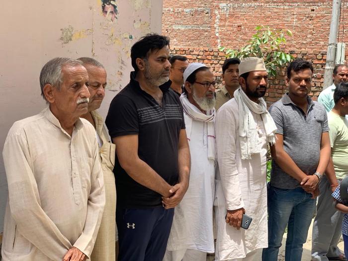 सपा विधायक फहीम समाजसेवी चौधरी ब्रजराज सिंह की अंतिम यात्रा में हुए शामिल