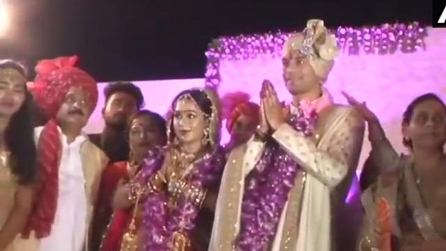 तेज प्रताप की शादी में हुआ हंगामा, भीड़ ने लूटा खाना, मीडिया के साथ की हाथापाई
