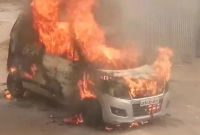 चलते-चलते आग का गोला बन गई वैगन आर कार, ड्राईवर ने कूद कर बचाई जान
