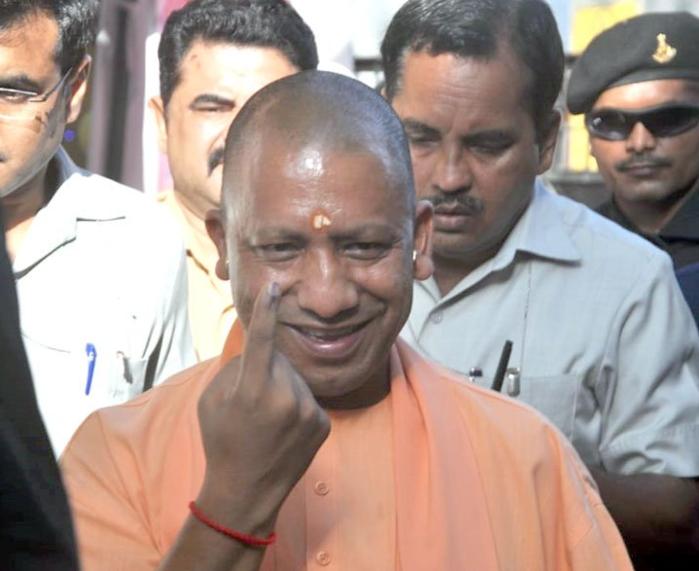 मुख्यमंत्री योगी आदित्यनाथ से सुबह-सुबह से गोरखपुर में अपने मताधिकार का प्रयोग किया