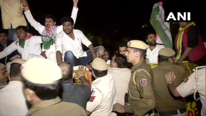 गांधी परिवार की एसपीजी सुरक्षा हटाने के फैसले पर कांग्रेसियों का अमित शाह के घर के बाहर प्रदर्शन