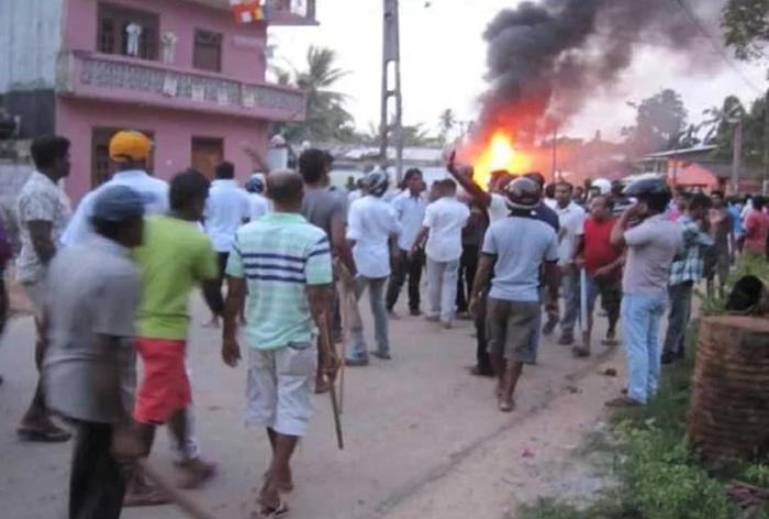 श्रीलंका - फेसबुक पोस्ट से बवाल, मस्जिदों पर हमले, लगाया कर्फ्यू