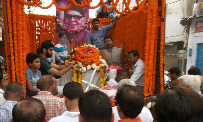 वाराणसी: साहित्यकार मनु शर्मा की शवयात्रा निकली, बड़ी पियरी आवास से निकली शवयात्रा, मणिकर्णिका घाट पर होगा अंतिम संस्कार, कई मंत्री और अधिकारी शवयात्रा में पहुंचे।