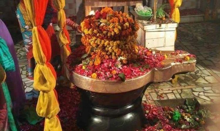 सावन के अंतिम सोमवार को मंदिरों में लगा भक्तों की भारी भीड़।