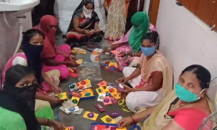 स्वयं सहायता समूह की महिलाओ द्वारा बनायी गयी राखियां सोमवार को रक्षाबंधन पर भाईयों की कलाइयों पर खूब जमेगी