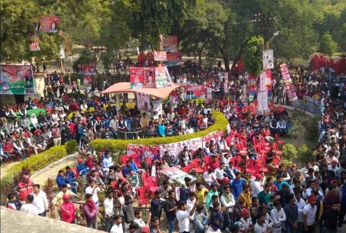 सपा कार्यकर्ताओं ने की तोड़फोड़, पुलिस ने किया लाठी चार्ज,  सपाई चोटिल