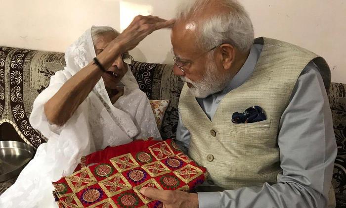 पावागढ़ की माताजी की चुनरी दी मां ने प्रधानमंत्री को ! काली माता का यह प्रसिद्ध मंदिर माँ के शक्तिपीठों में से एक है। शक्तिपीठ उन पूजा स्थलों को कहा जाता है, जहाँ सती माँ के अंग गिरे थे।