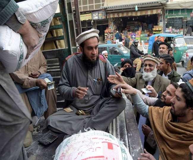 पाकिस्तान में आटे की किल्लत; रोटी खाने के लिए तरसे लोग