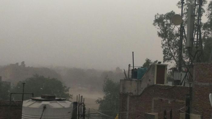 दिल्ली-एनसीआर में बदला मौसम का मिजाज, फिर चली धूल भरी आंधी