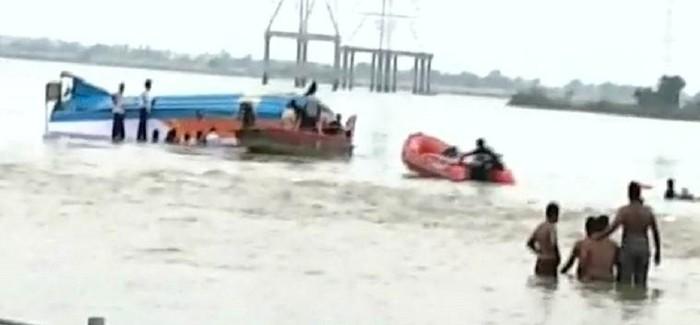 कृष्णा नदी में नाव पलटने से बड़ा हादसा, 26 के मरने की खबर, 14 शव निकाले