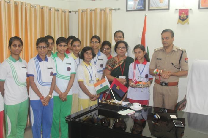 अयोध्या में स्कूली बच्चों ने अफसरों को बांधी राखी, मनाया रक्षाबंधन का त्यौहार