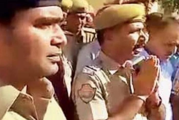 परशुराम जयंती पर एयरगन लहराने से रोकना पड़ा भारी, थाना इंचार्ज को सरेआम मांगनी पड़ी माफी