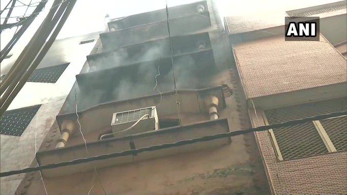 दिल्ली: अनाज मंडी की उसी इमारत में फिर लगी आग, दमकल की गाड़ियां मौके पर मौजूद