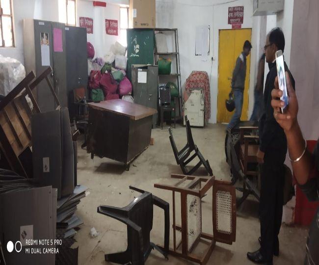 भारतीय किसान यूनियन के कार्यकर्ताओं ने सरोजनीनगर तहसील में की तोड़फोड़