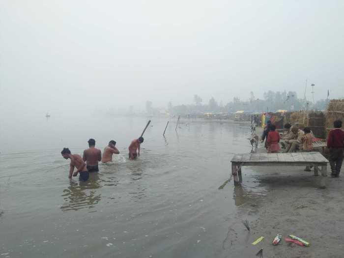 हरदोई : मकरसंक्रांति पर गंगा जी के राजघाट पर स्नान करते श्रद्धालु। #आस्था_की_खिचड़ी